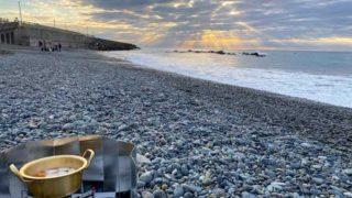 海辺でお雑煮を食べながら初日の出を拝む
