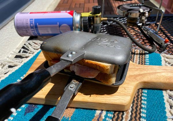 バウルーダブルのホットサンドメーカーでパンを押しつぶします。