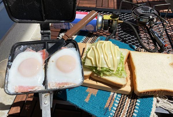 バウルーダブルで作った目玉焼きをパンにのせる