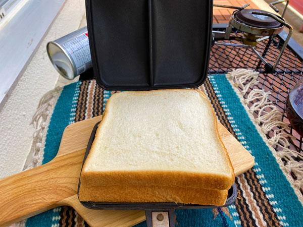 ホットサンドメーカーでパンをはさみます