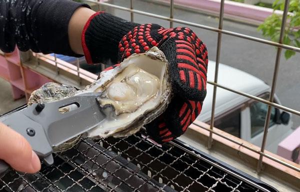殻付き牡蠣をカットする