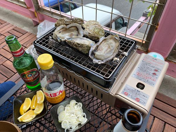 牡蠣を網で焼く