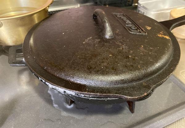 スキレットに蓋をしてお米を炊く