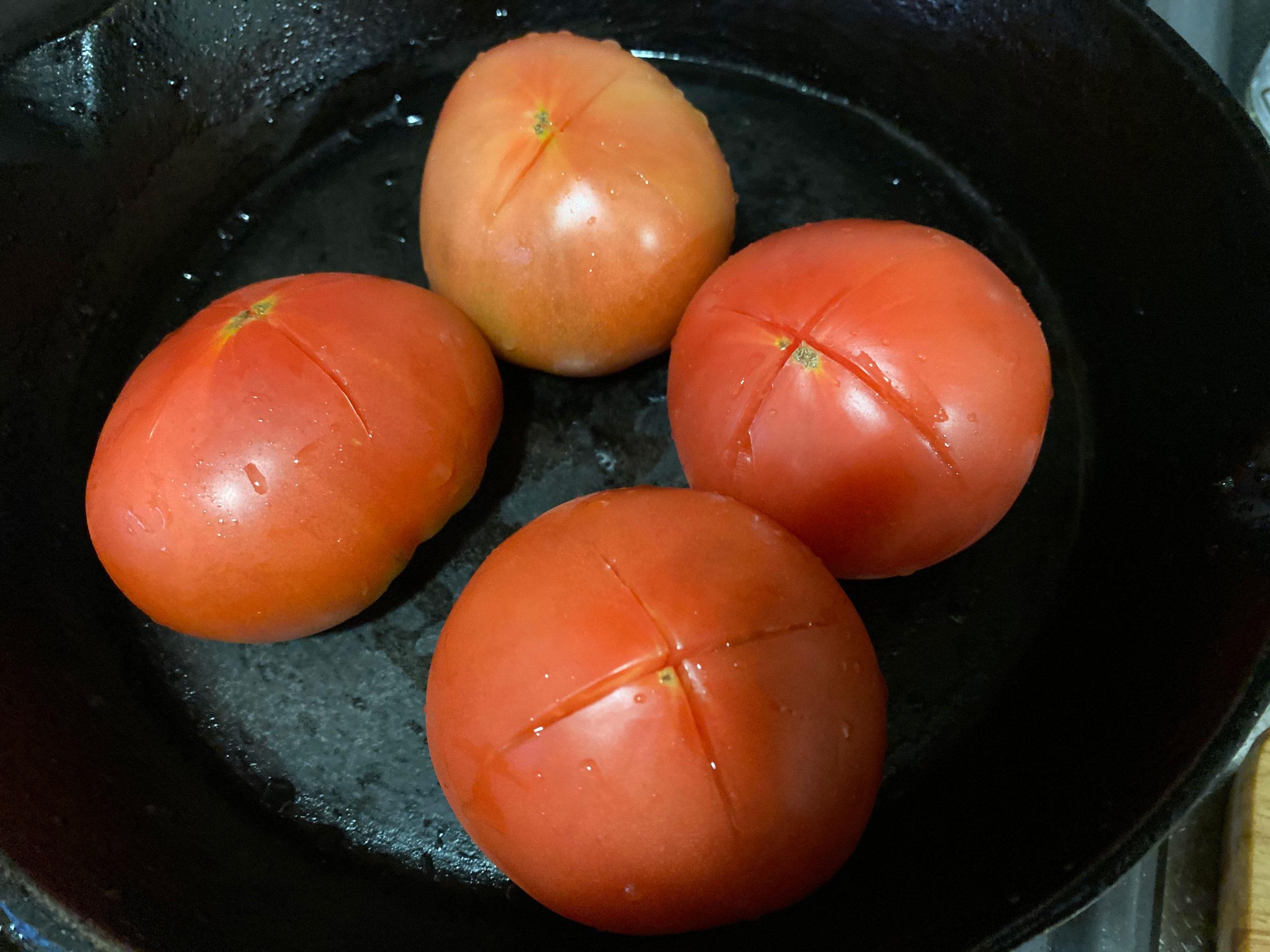 生トマトにばってんをいれる
