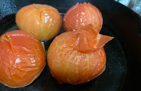 スキレットでトマトの皮むき
